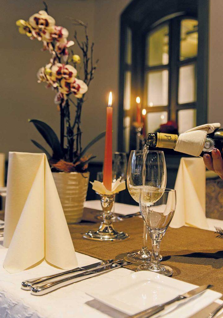 Gedeckter Tisch im Restaurant mit Weinservice