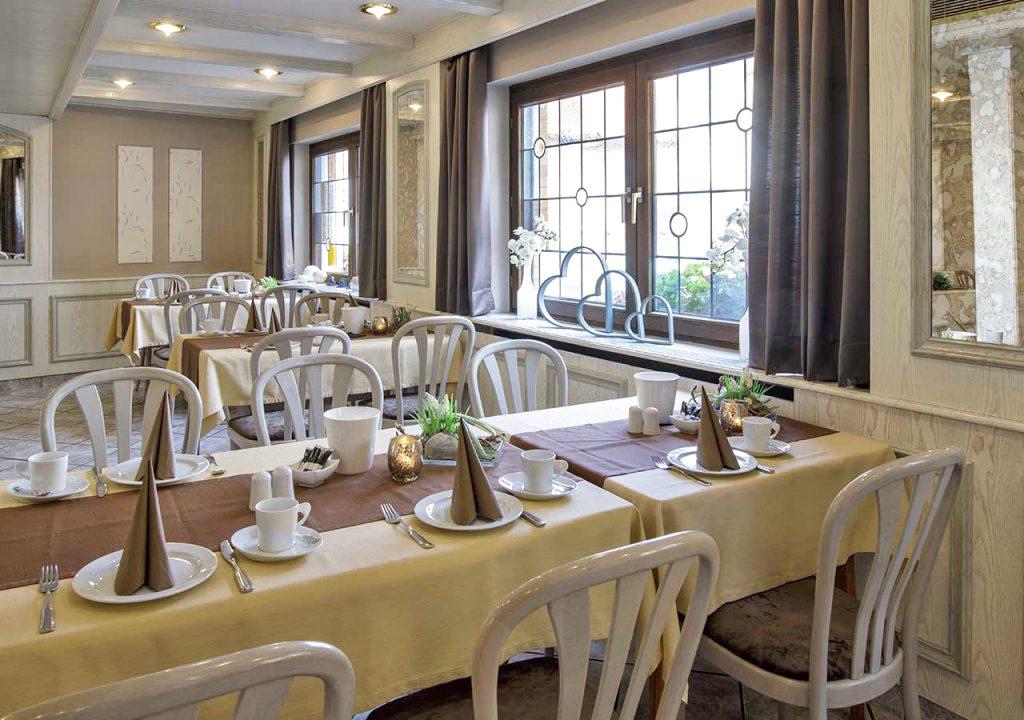Blick in den Frühstücksraum mit Fenster