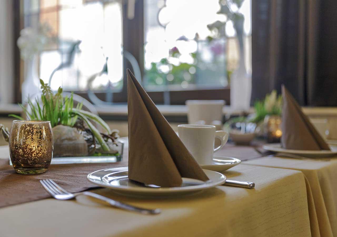 Frühstücksraum mit Gedeck