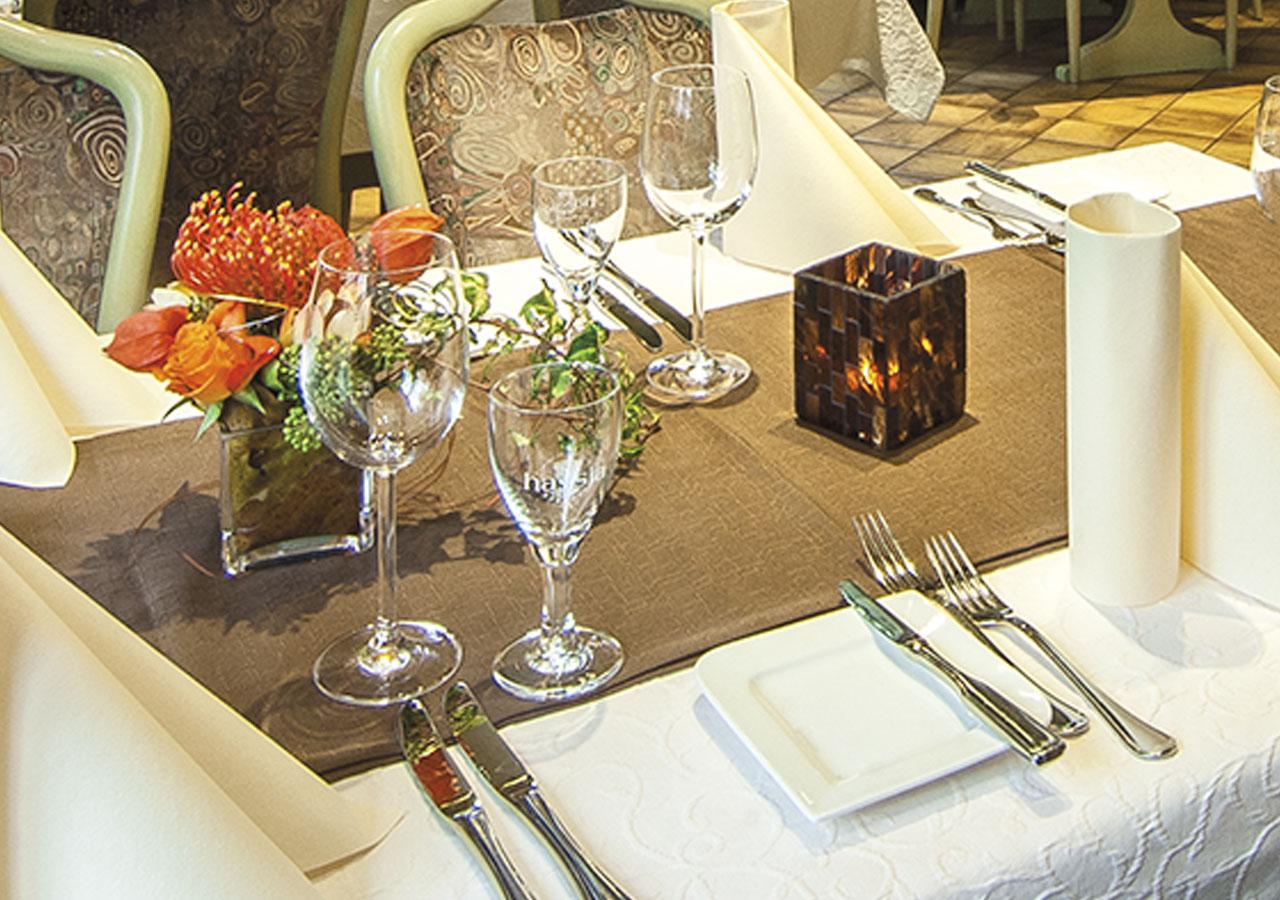 Restaurant mit eingedecktem Tisch
