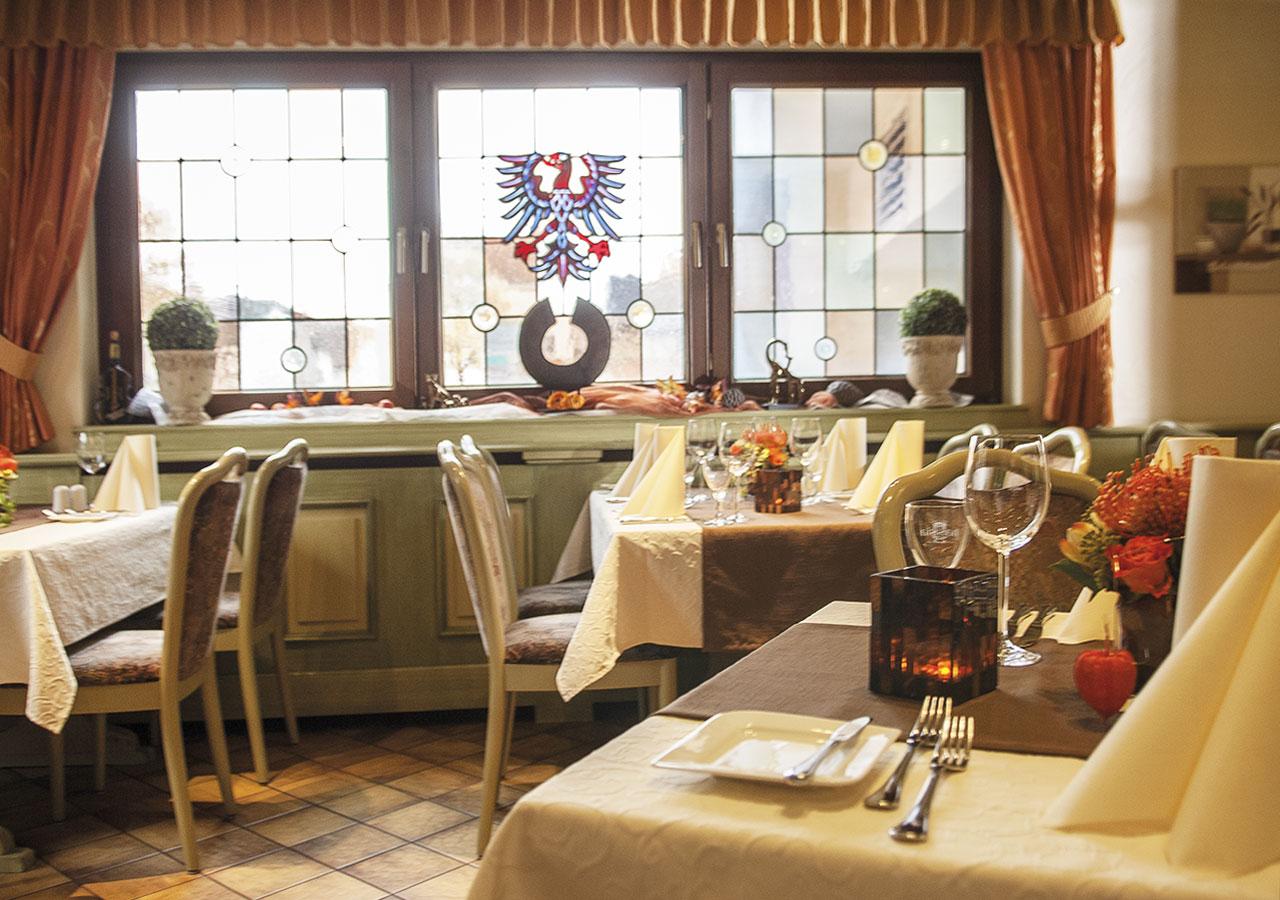 Restaurant mit Blick auf Bleiverglasung