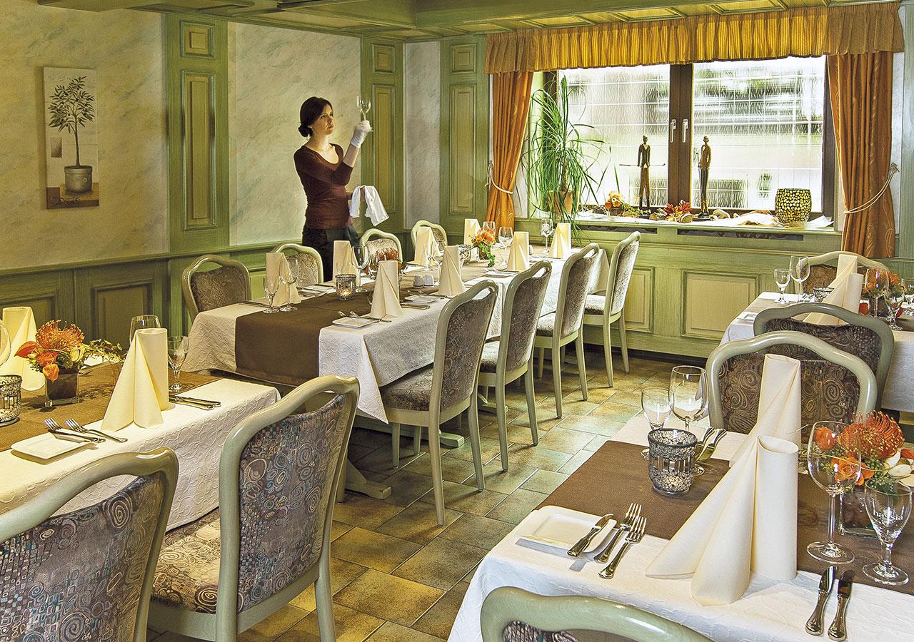 Restaurant mit Servicekraft im Nebenraum