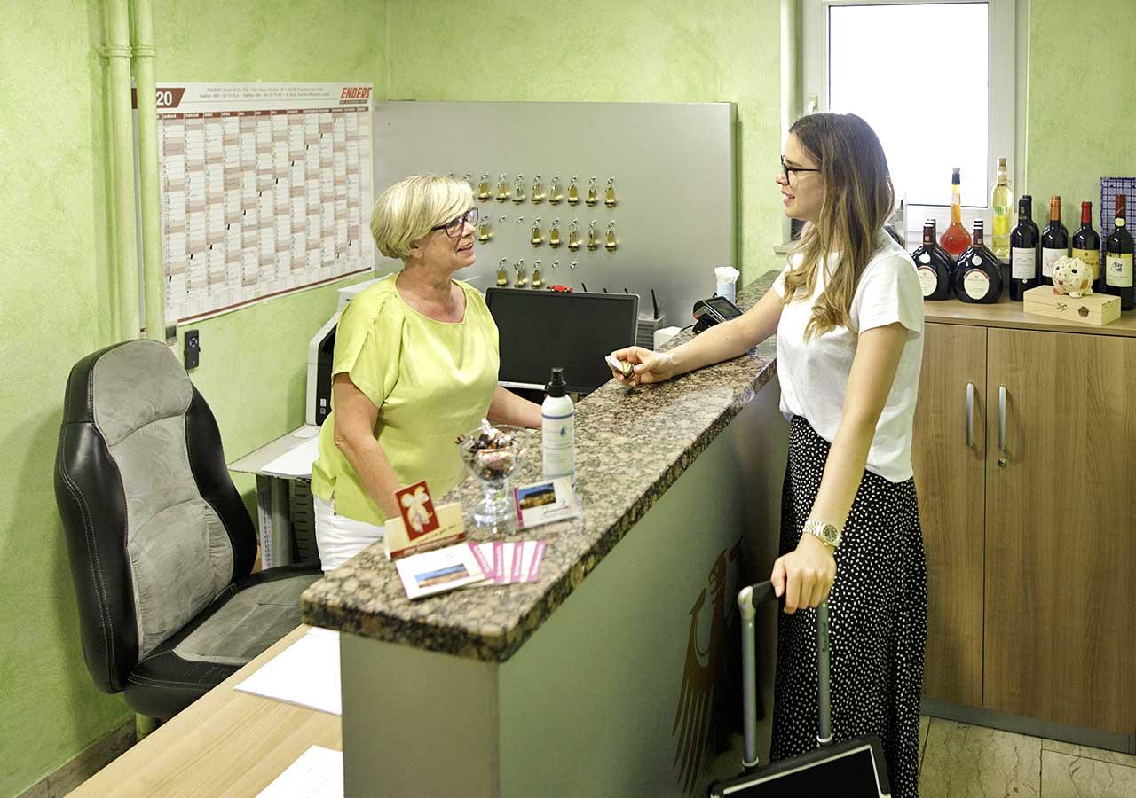 Unsere kleine Rezeption mit Frau Goy und Gast