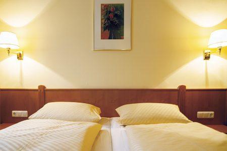 Doppelzimmer mit Blick auf das Bett